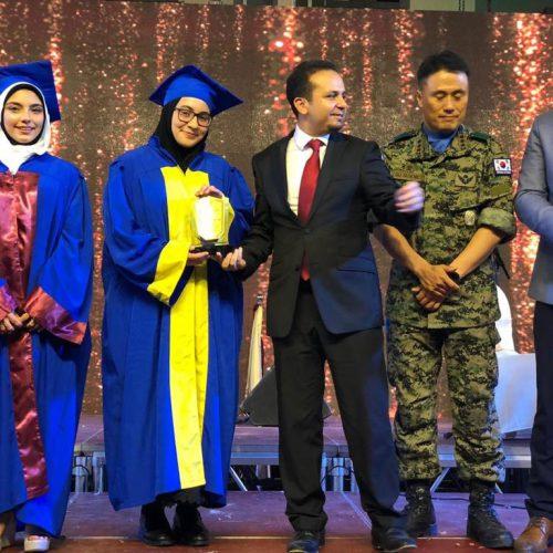 الدكتور حسن تاج الدين محتفلاً بطلاب ثانوية ستارز كولدج المتخرجين والمتفوقين